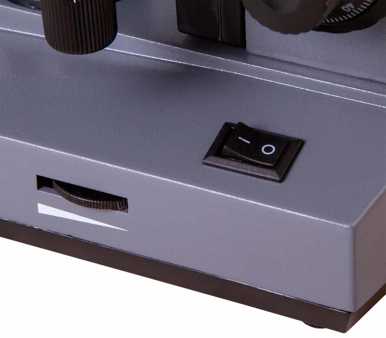 Microscopio Monocular Biológico Levenhuk 320 BASE encendido